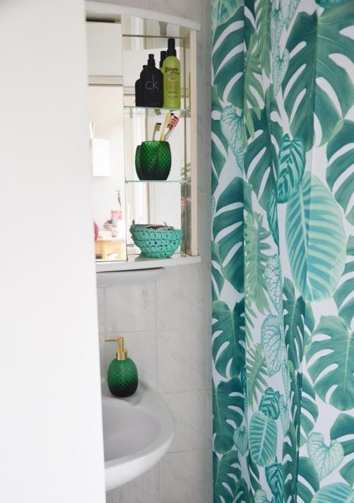 Badezimmer mit neuem Duschvorhang
