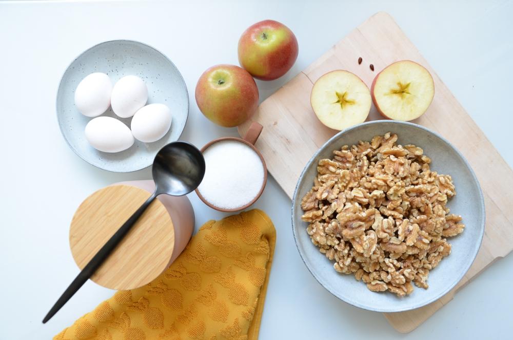 Saftiger Walnuss-Zimt-Apfelkuchen vom Blech. Foto: annablogie / Anna Steffi Winterhoff
